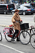 Chazia Mourali op de fiets in Amsterdam