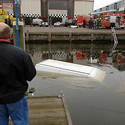 NLD/Bussum/20060201 - auto te water kade havenstraat Huizen, busje, ijs, brandweer, duikers, trap, toeschouwer