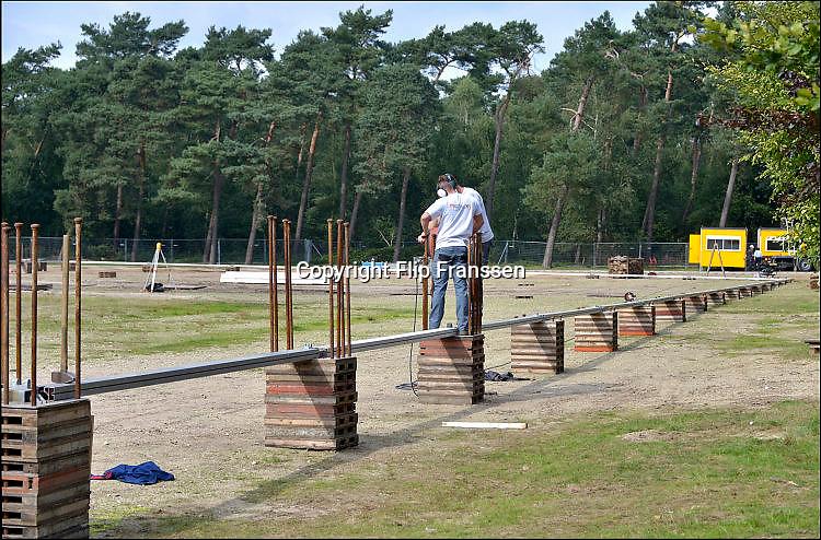 Nederland, Nijmegen, 21-9-2015 Met hoge snelheid worden de tenten gebouwd voor de noodopvang van 3000 asielzoekers  in natuurgebied Heumensoord. 3000 Asielzoekers, vluchtelingen, worden hier tijdelijk gehuisvest in een tentenkamp tot uiterlijk 1 juni 2016. In 1998, werd er ook een noodkamp gevestigd. Destijds werd op Heumensoord onderdak geregeld voor een kleine 1.000 asielzoekers. FOTO: FLIP FRANSSEN/ HH