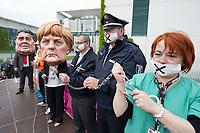 """01 MAY 2014, BERLIN/GERMANY:<br /> Angela-Merkel und Sigmar-Gabriel-Darsteller nehmen Mitglieder des dbb mit Handschellen an die Kette während einer Protest Performance des Deutschen Beamtenbundes, dbb, und des Marburger Bundes unter dem Motto """"So nicht, Frau Merkel und Herr Gabriel!"""" am 1. Mai, dem Tag der Arbeit, vor dem Budneskanzleramt<br /> IMAGE: 20140501-01-108<br /> KEYWORDS: Demo, Demonstration, Protest"""