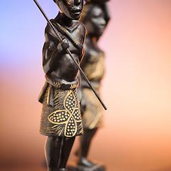 Caçador com a sua esposa e filho. Artesanato de Angola.