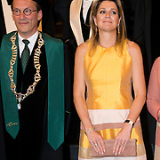 Koningin Maxima bij de inaugurele rede van professor Jumoke Oduwole, de nieuwe Prins Claus Leerstoelhouder, bij het International Institute of Social Studies (ISS) in Den Haag. <br /> <br /> Queen Maxima at the inaugural lecture of Professor Jumoke Oduwole, the new Prince Claus Chair holder at the International Institute of Social Studies (ISS) in The Hague.<br /> <br /> Op de foto / On the photo: rector van het ISS Leo de Haan, de nieuwe Prins Claus Leerstoelhouder Jumoke Oduwole en  Koningin Maxima <br /> <br /> rector of the ISS Leo de Haan, the new Prince Claus Chair holder Jumoke Oduwole and Queen Maxima