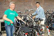 Perslunch Musical Awards 2008 in Restaurant Edel, Amsterdam.<br /> <br /> Op de foto: Frank Sanders met zijn fiets en links een collega
