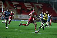 Liam Williams of the Scarlets  runs in to score his teams 1st try in the 1st half. Guinness Pro12 rugby match, Scarlets  v Connacht at the Parc y Scarlets in Llanelli, West Wales on Saturday 24th September 2016.<br /> pic by  Andrew Orchard, Andrew Orchard sports photography.