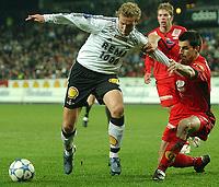 Fotball Tippiligaen 16.10.05 - Rosenborg - Brann 4-1<br /> Paul Scharner holder igjen Øyvind Storflor<br /> Foto: Carl-Erik Eriksson, Digitalsport