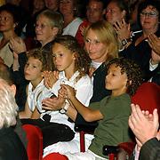 NLD/Amsterdam/20061001 - Uitreiking Blijvend Applaus prijs 2006,  Marleen Rasenberg en kinderen Amber Linn, Tim, Jesse