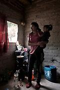 """Anita (25) carga a su hija Leonela (10) en la pequeña habitación que alquila para vivir por semana. No tienen luz eléctrica, tampoco gas ni agua corriente. Ella cocina con una garrafa de gas envasado dentro de la habitación. Anita es oriunda de Bolivia y es trabajadora """"golondrina"""" (migrante). Llegó al noroeste de Argentina cuando tenía 15 años para trabajar en las plantaciones de cebolla. Allí sufrió violencia física y sexual por parte del capataz de la finca. Tuvo miedo de hacer la denuncia en la comisaría por ser migrante y menor de edad. """"Cuando fui a la salita de emergencia, los que me atendieron me dijeron -Boliviana de mierda regresa a tu País-"""" Dice Anita. Siete meses después de la violación, nació Leonela. Durante el parto se produjo una situación de hipoxia y la niña nació con una parálisis cerebral severa que le produjo secuelas permanentes a nivel motor y cognitivo. Anita tuvo que esperar hasta sus 18 años para poder tramitar la nacionalidad Argentina. Recién en ese momento pudo reclamar por el diagnóstico para su hija Leonela y comenzar con los pedidos de prestaciones médicas y tratamientos. Los cuales fueron escasamente reconocidos por el Estado y Anita continúa esperando hasta el día de hoy."""