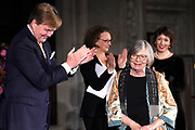 Koning Willem-Alexander reikt in het Koninklijk Paleis de Erasmusprijs uit aan de Amerikaanse journaliste en schrijfster Barbara Ehrenreich.De Erasmusprijs wordt jaarlijks toegekend aan een persoon of instelling die binnen het kader van de culturele tradities van Europa een belangrijke bijdrage heeft geleverd op het gebied van cultuur, humaniora of sociale wetenschappen.<br /> <br /> King Willem-Alexander hands out the Erasmus Prize in the Royal Palace to the American journalist and writer Barbara Ehrenreich. The Erasmus Prize is awarded annually to a person or institution that has made an important contribution within the framework of the cultural traditions of Europe in the field of culture, humanities or social sciences.<br /> <br /> Op de foto / On the photo:  Koning Willem Alexander geeft de erasmusprijs aan Amerikaanse journaliste en schrijfster Barbara Ehrenreich // King Willem Alexander gives the erasmus prize to American journalist and writer Barbara Ehrenreich
