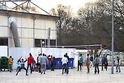 Nederland, the Netherlands, Nijmegen, 4-11-2015Kamp, tentenkamp Heumensoord, de tijdelijke noodopvang, azc, van het COA. Plaats voor 3000 asielzoekers. Mensen wandelen buiten. Door de zachte winter is het in de tenten nog niet zo koud. Bij de grote tent wordt een spelletje volleybal gespeeldFOTO: FLIP FRANSSEN