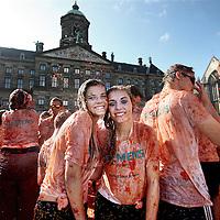Nederland, Amsterdam , 14 september 2014.<br /> HET TOMATENGEVECHT OP DE DAM! Zondag 15:00! Complete gekte voor het goede doel: de Hollandse groente- en fruittelers te steunen tijdens de import-boycot!<br /> Zondag 14 september vindt op de Dam in Amsterdam Tomatofest plaats, de Nederlandse versie van La Tomatina. Dit belooft een spetterend tomatengevecht te worden. Het begint om 15.00 uur en duurt ongeveer een uur.<br /> Op de foto: Lexie en Zellar.<br /> Tomato Fight on the Dam in Amsterdam. The fight is organized in solidarity for the vegetable growers who are boycotted by Russia.
