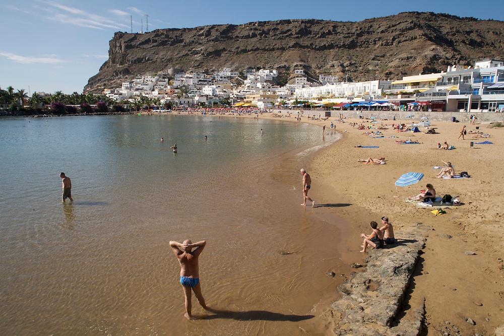 España. Islas Canarias. Gran Canaria. Mogán.Turistas en la Playa de Mogán..©JOAN COSTA....
