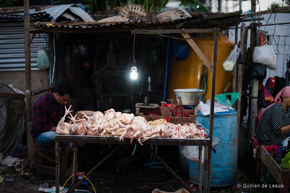 Kip uitgestald op een pasar in Surabaya, Oost Java. De kip een traditioneel en belangrijke economische bron voor veel Javanen. Ajam is de Javaanse naam voor kip, kan deze geld opleveren in de vorm van vlees en eieren.