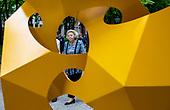 Prinses Beatrix bezoekt tentoonstelling Voorhout Monumentaal