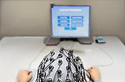 Nederland, Nijmegen, 31-10-2016Bij het FC Donderscentrum van de Radboud universiteit wordt onderzoek gedaan naar de werking van het brein, en processen die zich in de hersenen afspelen. Cognitieve neuroscience. Hierbij wordt samengewerkt door het FC Donderscentrum, het NICI, het umcn en het NCMLS. Een van de doelen is meer inzicht te krijgen in de ziekte van Parkinson. In de MEG scanner van het aan de radboud universiteit gelieerde Donderscentrum wordt de magnetische activiteit gemeten die door prikkeloverdracht in de neuronen binnen de hersenen tot stand komt.Publicatie geen probleem, persoon is medewerker en heeft toestemming voor publicatie gegeven.Foto: Flip Franssen