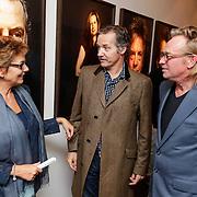 NLD/Amsterdam/20120924- Onthulling vernieuwde portrettengalerij DelaMar theater Amsterdam, Janine van den Ende - Klijburg in gesprek met Thom Hoffman en fotograaf Koos van Breukel