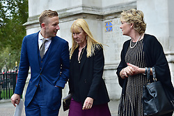 Carina Frost, George Frost, Madeline Lloyd Webber  beim Gedenkgottesdienst f¸r Terry Wogan im Westminster Abbey in London / 270916<br /> <br /> ***Memorial service for Terry Wogan at Westminster in London, September 27th, 2016***