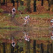 Veldrit rond Anna's Hoeve Hilversum, spiegeling in water, renner, wielrenners