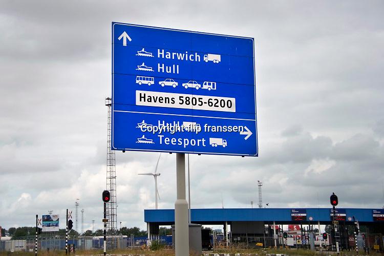 Nederland, Rotterdam, 3-10-2019In de haven van rotterdam worden vrachtwagens, lading,opleggers, aan boord van een schip van Stenaline gebracht om naar Hull in engeland gebracht te worden.Foto: Flip Franssen