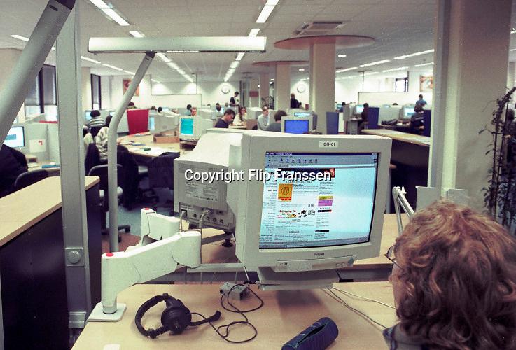 Nederland, Nijmegen, 15-10-1994 Computerzaal bij de KUN, katholieke universiteit Nijmegen en sinds 2004 Radboud universiteit, RU, RUN .Beelden mbt wetenschappelijk, universitair,onderwijs en onderzoek . Studenten en studentenleven . Een student bekijkt op een werkstation, monitor, de webpagina van de BBC . Internet was nog geen gemeengoed maar vooral intern voorhanden ( SURF ). Het werd de multimedia ruimte genoemd .Foto: Flip Franssen