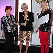NLD/Amsterdam/20110521 - Amsterdam fashion Gala 2011, Sheila de Vries overhandigt de sleutel van het Fashion Museum