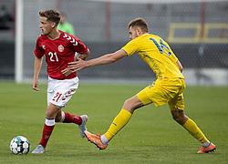 Carlo Holse (Danmark) rykker fri af Arsenii Batahov (Ukraine) under U21 EM2021 Kvalifikationskampen mellem Danmark og Ukraine den 4. september 2020 på Aalborg Stadion (Foto: Claus Birch).