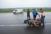 Wil Baselmans gaat proefrijden in de oude Velox, zonder kap. HPT Delft, een team van studenten van de TU Delft en de VU Amsterdam, trainen op de baan van de RDW voor de recordpoging ligfietsen.<br /> <br /> Wil Baselmans is starting for a test round  in the first Velox. The HPT (Human Powered Team) is training at the test track in Lelystad for their attempt to break the world record Human Powered Vehicles.