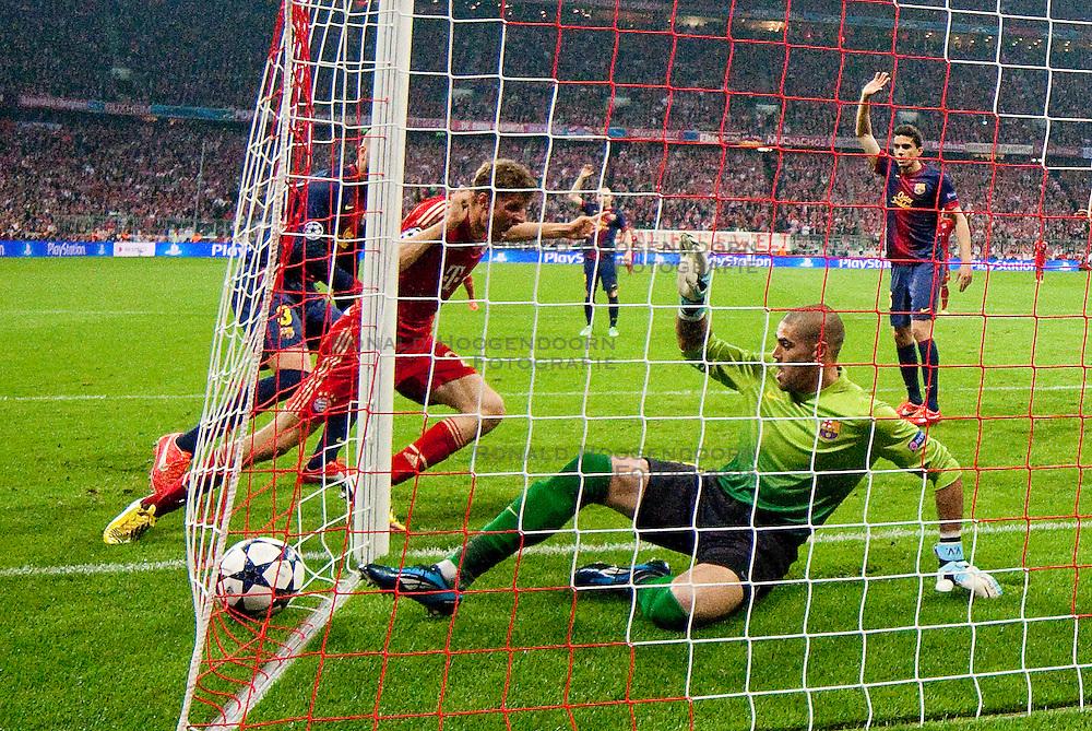 23-04-2013 VOETBAL: UEFA CL SEMI FINAL FC BAYERN MUNCHEN - FC BARCELONA: MUNCHEN<br /> Tor zum 1-0 durch Thomas Mueller (FCB #25) mit Gerard Pique (Barcelona #3) Victor Valdes (Barcelona #1) <br /> ***NETHERLANDS ONLY***<br /> ©2013-FotoHoogendoorn.nl