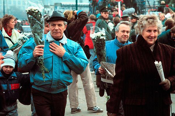 Duitsland, Berlijn, 10-11-1989Val van de muur, In de voorgaande nacht haastig opgezette doorlaatpost aan de Potzdammer Platz. DDR, einde koude oorlog. Inwoners van west berlijn verwelkomen de oost duitsers. West-Berlijn, grens Oost-Duitsland en West-Duitsland.Fall of the wall. In the previous night hastily set up at the crossing point Potzdammer Platz. DDR, end cold war. Residents of west Berlin welcome the east Germans. West Berlin, border eastern Germany and West GermanyFoto: Flip Franssen/Hollandse Hoogte