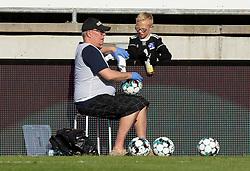 Kampbolden sprittes af efter indkast under kampen i 3F Superligaen mellem Lyngby Boldklub og FC København den 1. juni 2020 på Lyngby Stadion (Foto: Claus Birch).