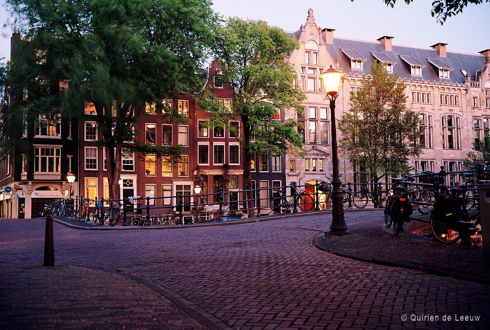 Grachtenbruggetje over Leliegracht en de Herengracht bij avond, Amsterdam.