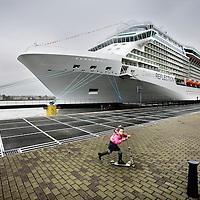 Nederland, Amsterdam , 12 oktober 2012..De Amsterdamse haven heeft vrijdag het grootste cruiseschip verwelkomd dat tot nu toe bij Passenger Terminal Amsterdam (PTA) aanlegde. Het is het nieuwe schip de Celebrity Reflection, dat vanmiddag haar eerste reis, de `maidenvoyage', begon vanuit Amsterdam..Foto:Jean-Pierre Jans