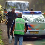 NLD/Huizen/20050906 - Verbrand lijk gevonden langs bospad Bussummerweg Huizen, lpd, catering, zakje, eten , drinken