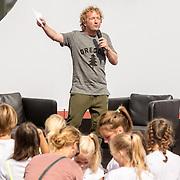 NLD/Utrecht/20160903 - Daphne Schippers geeft een clinic bij haar oude club, presentator Pepijn Gunneweg
