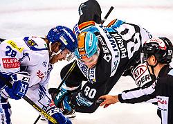 22.12.2019, Keine Sorgen Eisarena, Linz, AUT, EBEL, EHC Liwest Black Wings Linz vs EC VSV, 30. Runde, im Bild Miika Lahti (EC Panaceo VSV), Julian Pusnik (EHC Liwest Black Wings Linz) Eishockey, EHC Liwest Black Wings Linz vs EC VSV // during the Erste Bank Eishockey League 30th round match between EHC Liwest Black Wings Linz and EC VSV at the Keine Sorgen Eisarena in Linz, Austria on 2019/12/22. EXPA Pictures © 2019, PhotoCredit: EXPA/ Reinhard Eisenbauer