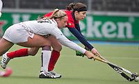 AMSTERLVEEN - Minke Smeets-Smabers (r)  van Laren weer terug in het eerste team, in duel met Jacky Schoenaker (l) van A'dam, zondag tijdens de competitiewedstrijd tussen de vrouwen van Amsterdam en Laren. (2-1). FOTO KOEN SUYK