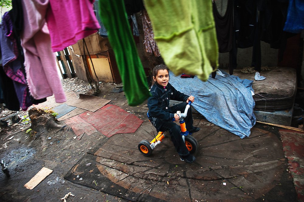 archief/illustatie<br /> Daniela Stoian, 8 jaar, speelt in Romakamp in Bobigny. <br /> 31/05/2010<br /> Daniela Stoian, 8 ans, joue dans son campement Rom à Bobigny, où la famille à stocké des affaires, prends des repas, mais ne dort jamais.