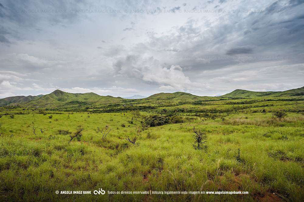 Foto tirada da estrada que liga as ciades de Wako Kungo e Dondo mostrando os vales verdes nos arredores do Calulo Libolo, Kwanza Sul, Angola
