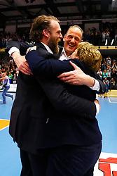 20150426 NED: Eredivisie Landstede Volleybal - Abiant Lycurgus, Zwolle<br />De staf van Landstede Volleybal viert de overwinning en de titel<br />©2015-FotoHoogendoorn.nl / Pim Waslander