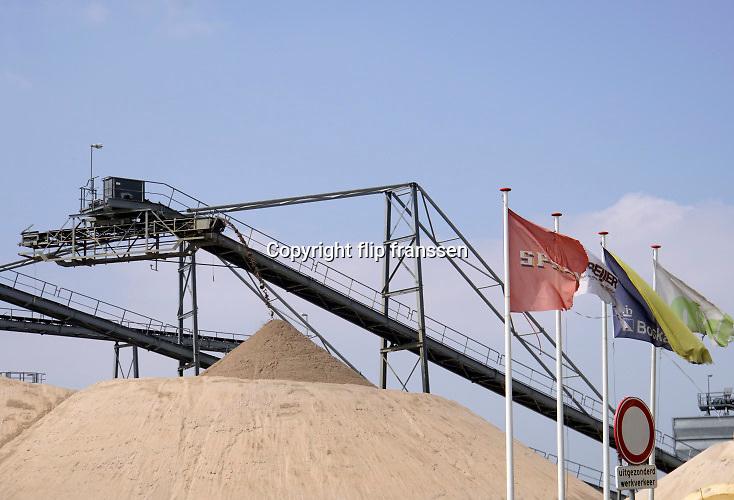 Nederland, Nijmegen, 1-5-2019Zandwinning en grindwinning in de Waalsprong in Lent . MSB Grind en Zand vof is een combinatie van drie marktpartijen in het project Realisatie Landschapszone Waalsprong. De drie partijen zijn Boskalis Nederland Infra , Spaansen Grondstoffen en Logistiek en de Beijer Bouwgrondstoffen .  Het project Landschapszone, omgedoopt tot de Waaijer, omvat de realisatie van ca. 150 ha. natuur- en recreatiegebied in de Waalsprong  Foto: Flip Franssen