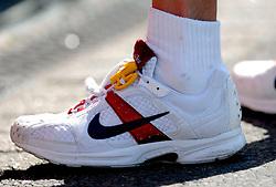 15-04-2007 ATLETIEK: FORTIS MARATHON: ROTTERDAM<br /> In Rotterdam werd zondag de 27e editie van de Marathon gehouden. De marathon werd rond de klok van 2 stilgelegd wegens de hitte en het grote aantal uitvallers / Nike Schoen item hardlopen<br /> ©2007-WWW.FOTOHOOGENDOORN.NL