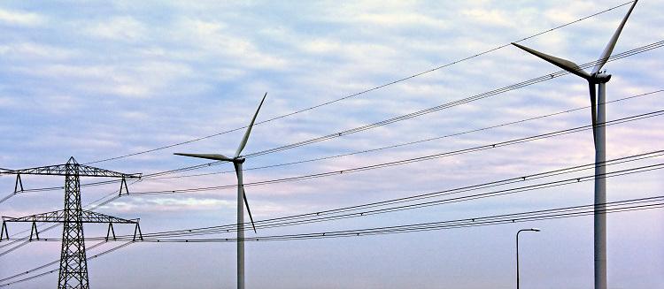 Nederland, the Netherlands, Nijmegen, 6-1-2019Hoogspanningsmast en windmolwn bij zonsondergang en oranje lucht .Foto: Flip Franssen