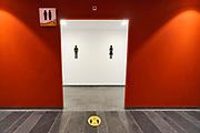Nederland, Nijmegen, 1-7-2020  Toiletten bij de Pathe megabioscoop in Nijmegen noord, Lent .De pisoirs zijn op twee na vanwege de coronamaatregelen met afzetlint afgesloten . Foto: ANP/ Hollandse Hoogte/ Flip Franssen