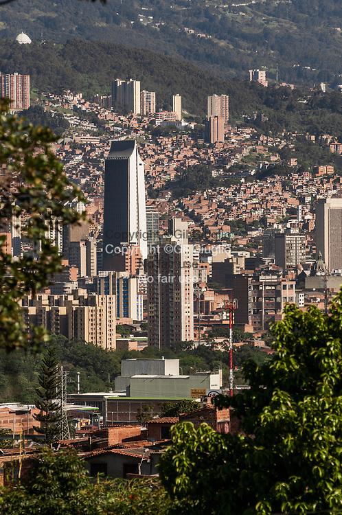 Colombie, Antioquia, Medellin, centre ville et tour Coltejer en forme d'aiguille à coudre vue depuis Comuna 5 // Colombia, Antioquia, Medellin, downtown and Coltejer tower view from Comuna 5