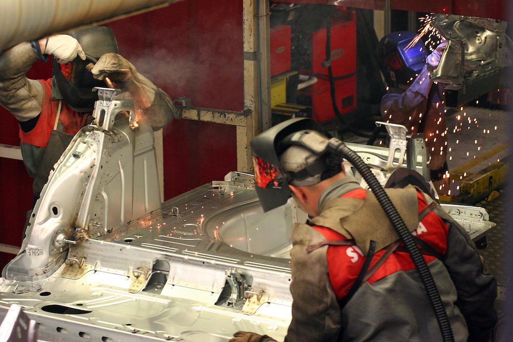 Mlada Boleslav/Tschechische Republik, Tschechien, CZE, 16.03.07: Mitarbeiter beim Schweißen von Karosserieteilen eines Skoda Octavia in der Skoda Auto Fabrik in Mlada Boleslav, Tschechische Republik, 16 März 2007. Der tschechische Autohersteller Skoda ist ein Tochterunternehmen der Volkswagen Gruppe. <br /> <br /> Mlada Boleslav/Czech Republic, CZE, 16.03.07: Workers at the Skoda factory welding on Octavia assembly line at Skoda car factory in Mlada Boleslav. Czech car producer Skoda Auto is a subsidiary of the German Volkswagen Group (VAG).