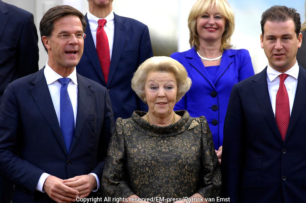 Kabinet-Rutte II op het bordes  van Paleis Noordeinde.<br /> <br /> Op de foto:  (VLNR) minister-president Mark Rutte, koningin Beatrix, Lodewijk Asscher (vicepremier en minister van Sociale Zaken)