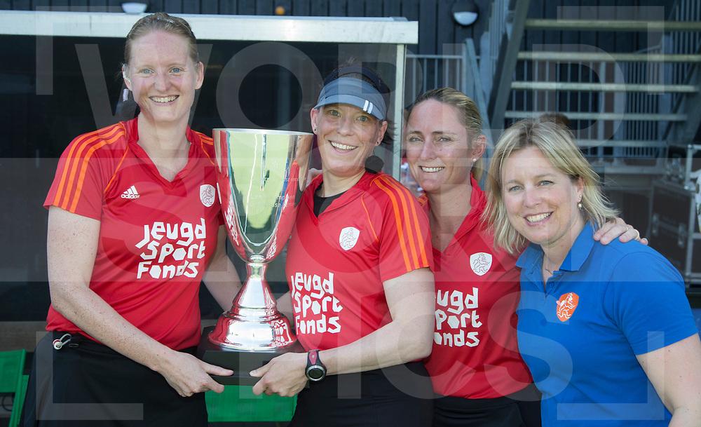 DEN BOSCH -  Fanneke Alkemade, Carolien Brunekreef, Karin Dolle,  Adrienne Lijs voor  de hockey play-offs om het landskampioenschap dames, Den Bosch-Amsterdam (2-1). Den Bosch wint voor de 18e keer de titel   COPYRIGHT  KOEN SUYK