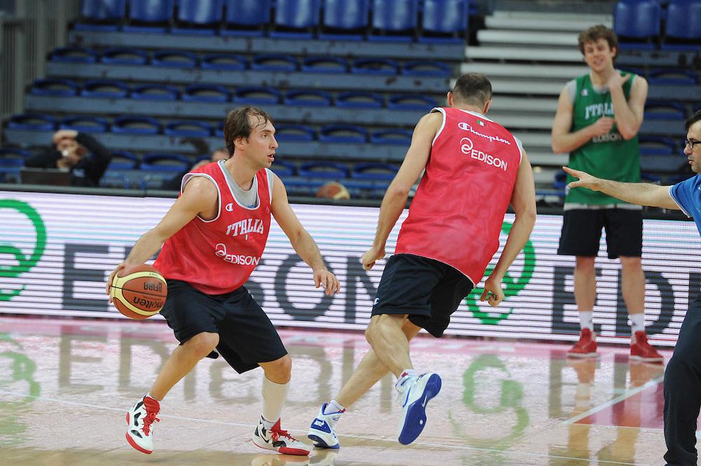 DESCRIZIONE : Pesaro allenamento All star game 2012 <br /> GIOCATORE : Giuseppe Poeta<br /> CATEGORIA : palleggio<br /> SQUADRA : Italia<br /> EVENTO : All star game 2012<br /> GARA : allenamento Italia<br /> DATA : 09/03/2012<br /> SPORT : Pallacanestro <br /> AUTORE : Agenzia Ciamillo-Castoria/GiulioCiamillo<br /> Galleria : Campionato di basket 2011-2012<br /> Fotonotizia : Pesaro Campionato di Basket 2011-12 allenamento All star game 2012<br /> Predefinita :