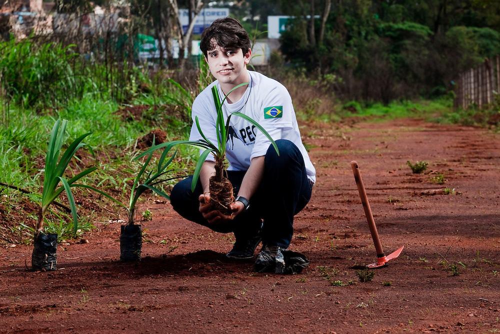 Nova Lima_MG, Brasil...Retrato do adolescente Elano Ferraz, criador da ONG Peca Brasil, ja plantou sozinho 5.000 arvores na regiao de Bom Despacho, Minas Gerais. ..The teenager Elano Ferraz, creator of the ONG Peca Brazil, already planted 5000 trees alone in the region of Bom Despacho, Minas Gerais...Foto: BRUNO MAGALHAES / NITRO