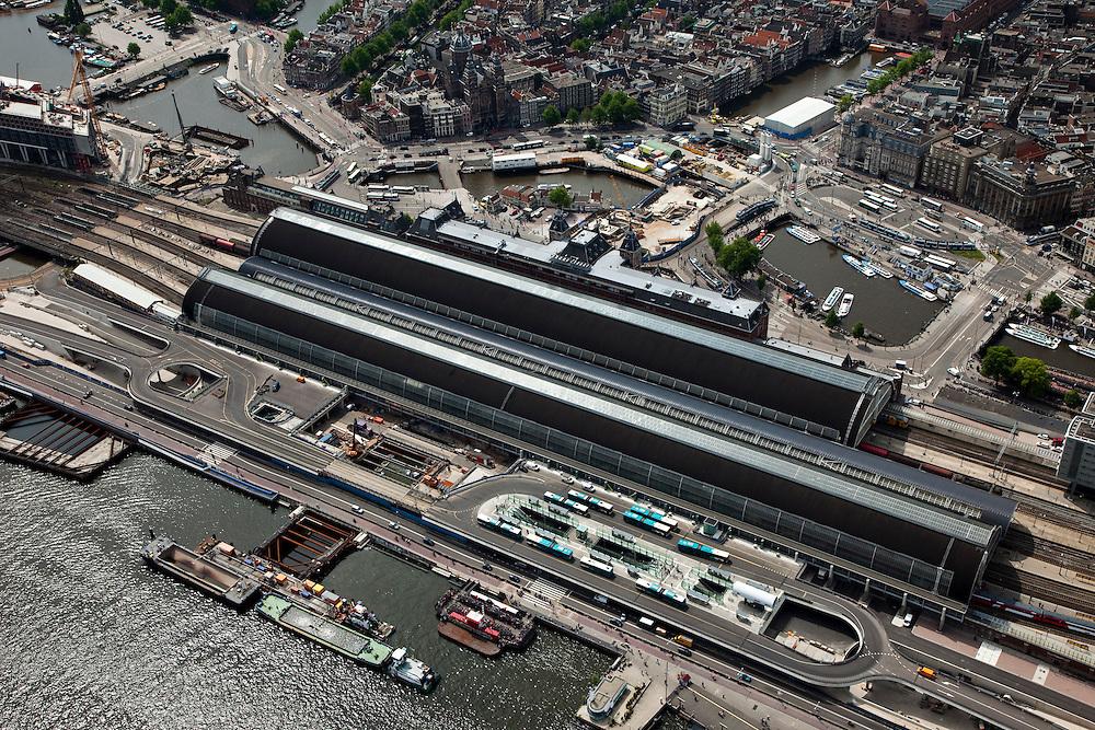 Nederland, Amsterdam, IJoevers,  25-05-2010. De Ruyterkade met Stationseiland met Centraal Station en de nieuwe busstation (nog zonder overkapping). Het project Amsterdam CS IJzijde Stationseiland wordt 'IJsei' genoemd. Aan de andere kant van het station het stationsplein en startschacht van de Noord/Zuidlijn..Station Island with Central Station, the new bus station (busterminal). The project is nicknamed 'IJsei' (Ice egg).luchtfoto (toeslag), aerial photo (additional fee required).foto/photo Siebe Swart