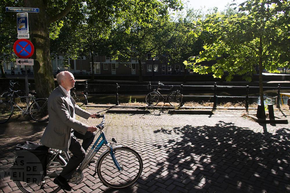 In Utrecht fietst een oudere man over de Bemuurde Weerd op zijn fiets.<br /> <br /> In Utrecht an older man is cycling at the Bemuurde Weerd.